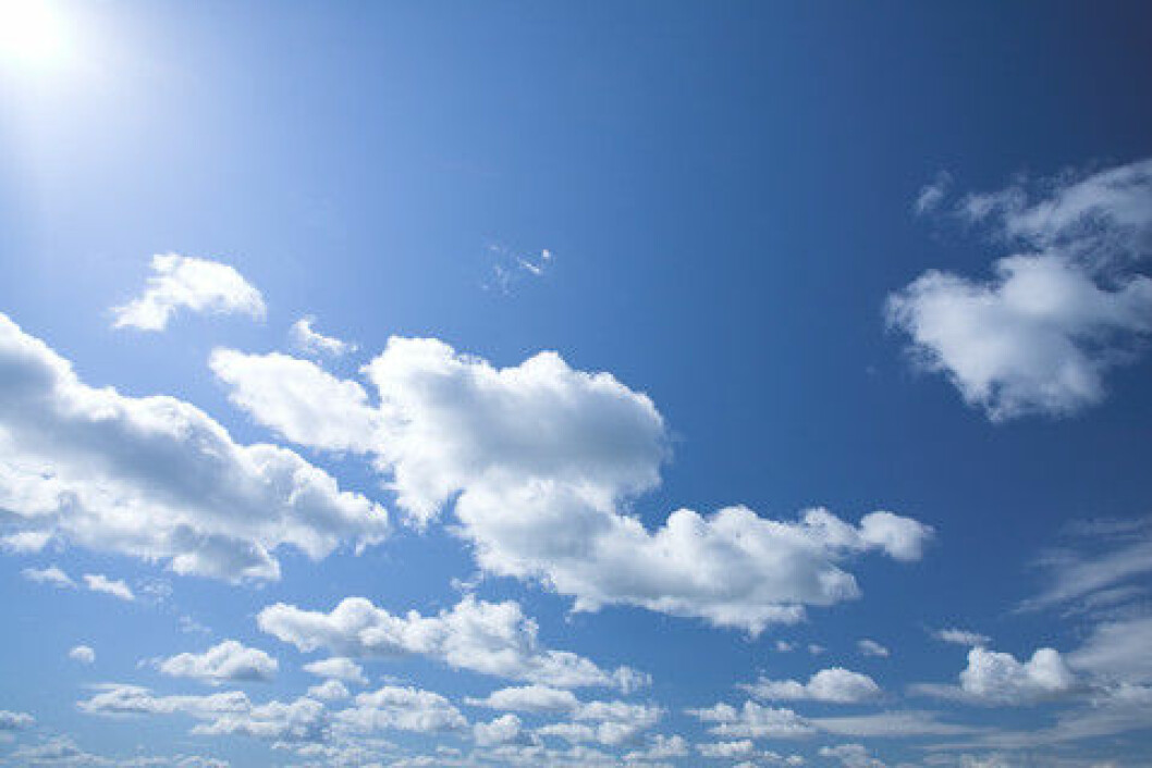 Når himmelen er blå, skyldes det at lyset fra solen blir spredt på en spesiell måte når det passerer atmosfæren. (Foto: Colourbox)