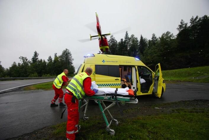 En ambulanse har akkurat overlevert en skadet til et av ambulansehelikopterne på Sollihøgda. Ambulansemannskapene vasker båren før de kjører tilbake for å hente neste pasient. (Foto: Hans O. Torgersen/ Scanpix)