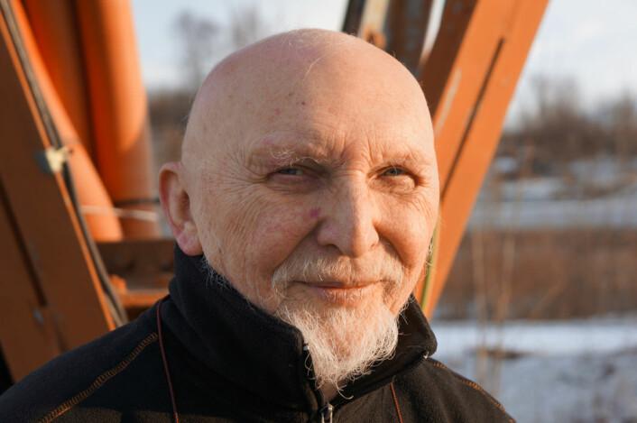 Roar A. Johannessen ved sendermasta utenfor Tromsø telemuseum (Foto: Arnfinn Christensen)