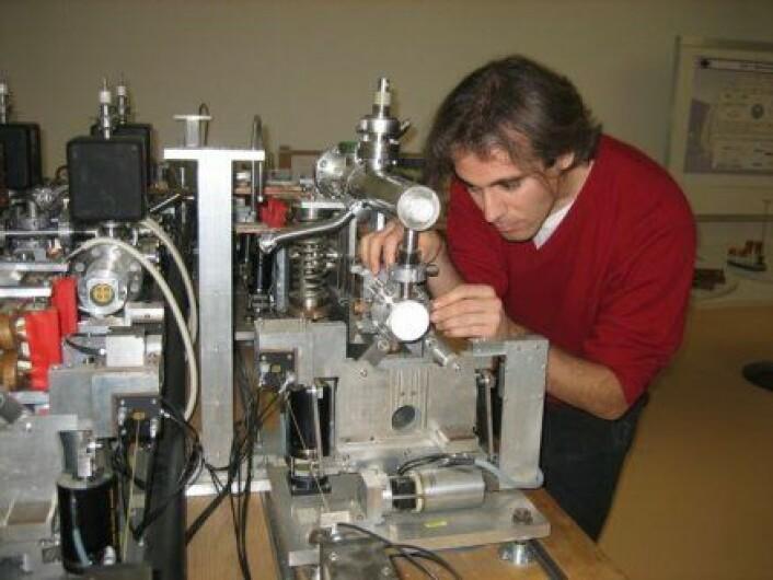 """""""32 år gamle Erik Adli viser fram prototypen på CLIC, en revolusjonerende ny partikkelakselerator. CLIC kan gi forskerne ny viten om hvordan universet er skrudd sammen. (Foto: privat)"""""""