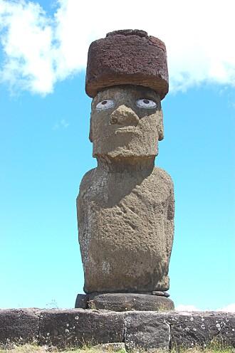 En moai med topp og øyne.