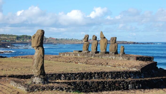 En seremoniell plattform med moaier.