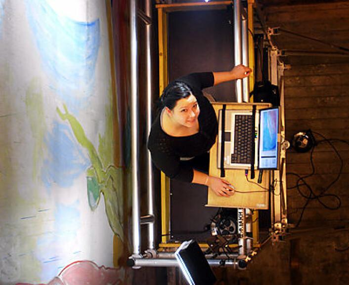 """Malerikonservator  Mirjam Liu undersøker """"Våknende menn"""". (Foto: Olaf Christensen og Karen Mengshoel)"""