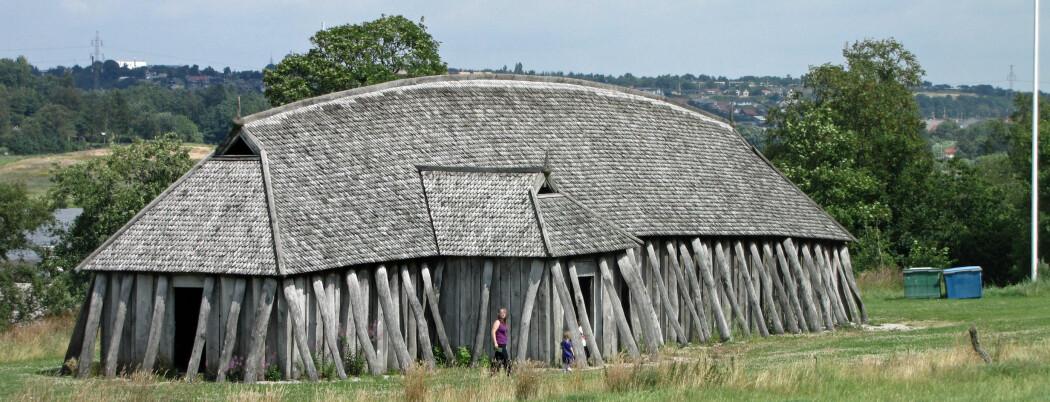 Et rekonstruert langhus ved vikingborgen Fyrkat i Danmark.