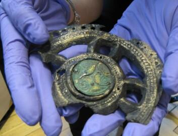 Denne spennen ligner lite på norske smykker fra perioden. Akkurat denne var ikke spesielt kostbar, og kan ha tilhørt en nyrik bondekone som var på vei opp og frem i verden. (Foto: Hanne Østli Jakobsen)
