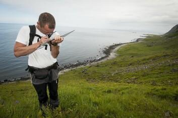 Beitegransker Finn-Arne Haugen sjekker terrenget på flybildet. Her fra beitevollene over Unstad camping på Vestvågøy. (Foto: Lars Sandved Dalen / Skog og landskap)