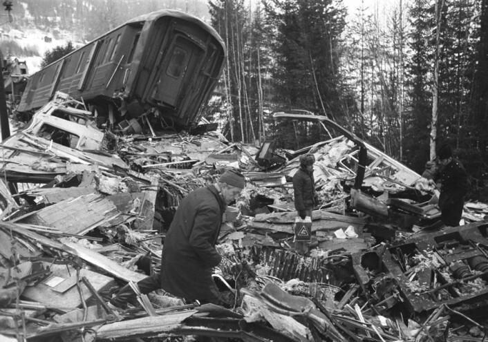 Tretten, Ringebu 23. februar 1975. Den hittil største togulykken i Norge: Nordgående hurtigtog fra Oslo kolliderte med sørgående ekspresstog fra Trondheim. Sted: Like nord for Tretten stasjon. 27 mennesker omkom, 26 ble skadet, over 950 slapp fra ulykken uten skader. (Foto: Erik Thorberg / NTB / SCANPIX)
