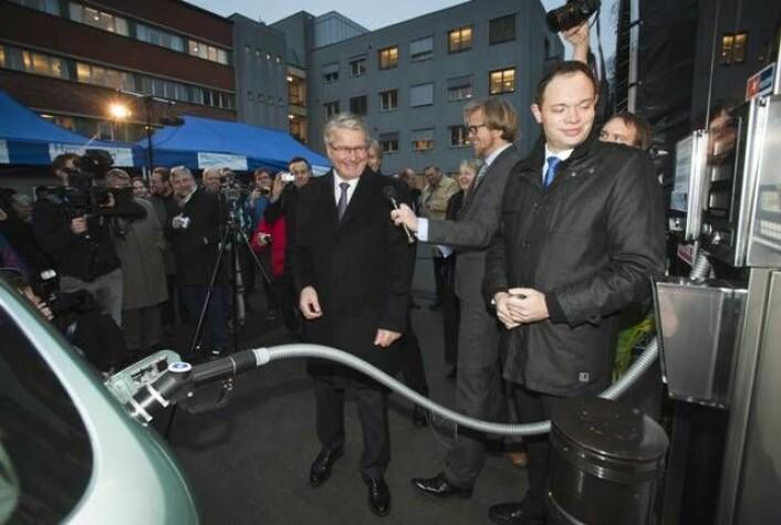 Fra åpningen av hydrogenstasjonen. Fra venstre: Oslos ordfører Fabian Stang, konferansier Ole Andre Sivertsen og Jakob Krogsgaard fra det danske selskapet H2 Logic, som har laget hydrogenstasjonen. (Foto: SINTEF/Werner Juvik)