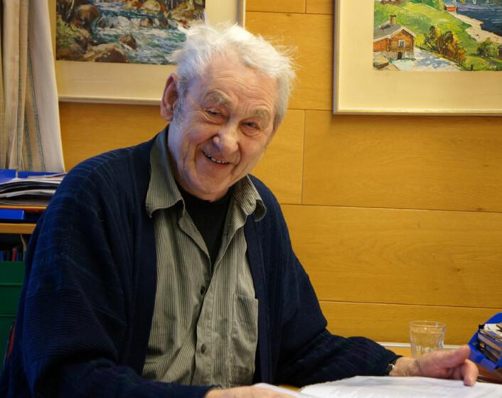 Evald Lindgård har i mange år ledet Tromsø telemuseum, og er fortsatt et levende leksikon om langbølgesenderens historie og en av ildsjelene som holder driften av museet igang. (Foto: Arnfinn Christensen)