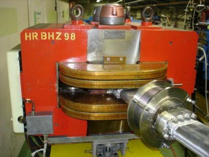 """""""For å kontrollere elektronene brukes magneter i mange varianter. Den enkleste typen er en slik dipolmagnet som brukes til å styre elektronene. (Foto: Espen Eggen)"""""""