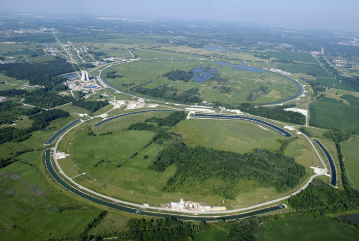 Tevatron-akselleratoren, rett øst for byen Batavia, i Illinois, USA. (Foto: US DOE, Wikimedia Commons)
