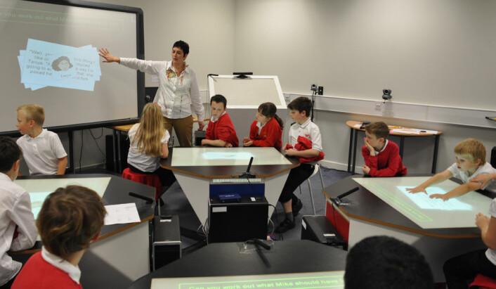 SynergyNet-pultene kan kobles sammen, og til klassens digitale Smartboard-tavle. Læreren kan følge med på pultene, sende oppgaver til dem og flytte svar mellom pultene og til tavla. (Foto: University of Durham)