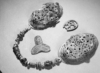 Det er tydelig forskjell på tradisjonelle vikingsmykker, som dette, og de importerte gjenstandene. (Foto: Ove Holst/Kulturhistorisk museum)