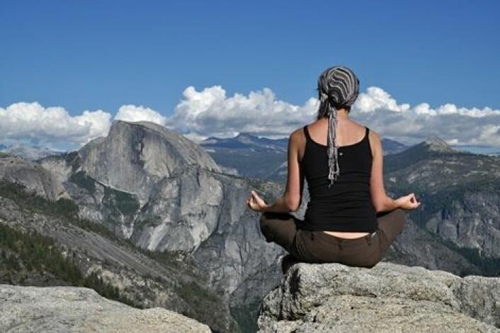Meditasjon på toppen av et fjell. (Foto: kovaricekpavel/Scanpix)