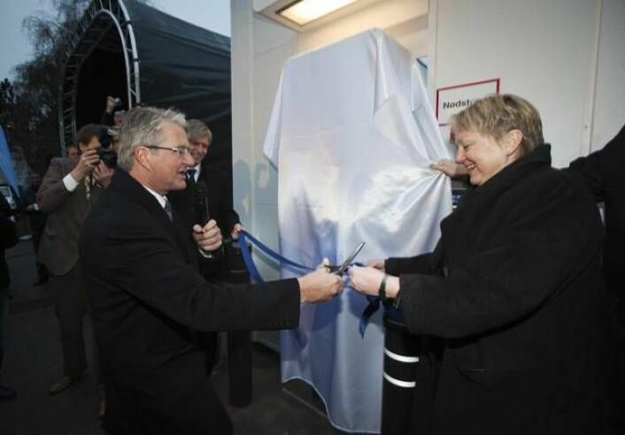 Fabian Stang og SINTEFs konsernsjef Unni Steinsmo innvier den nye hydrogenstasjonen. (Foto: SINTEF/Werner Juvik)