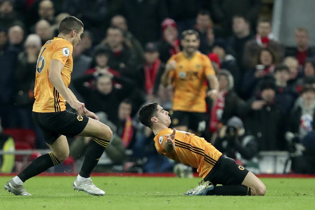 Wolverhampton-spiller Pedro Neto jublet for nettsus mot Liverpool søndag kveld, men ved hjelp av videodømming ble scoringen annullert. Sosiolog Arve Hjelseth mener VAR ødelegger spontaniteten i fotball.