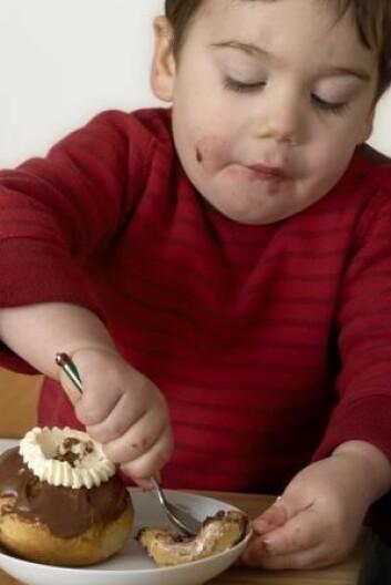 Flere og flere barn blir overvektige allerede i den tidlige barndommen. Denne typen fedme er vanskelig å gjøre noe med, og ofte er flere av familiemedlemmene overvektige. (Foto: Colourbox)