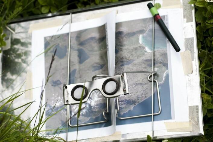 Vegetasjonskartleggerne studerer terrenget og vegetasjonen ved hjelp av kikkert og flykart og stereobriller for å få best mulig oversikt over beiteområdene. (Foto: Lars Sandved Dalen / Skog og landskap)