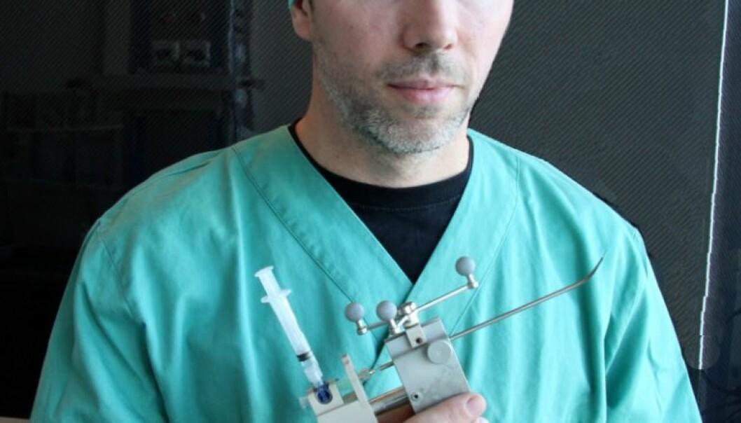 Gjennom å stikke en et pistollignende verktøy opp gjennom nesa, og bak øyet, ønsker forskerne å lamme en nerveknute med Botox. Med bruk av MR og et spesielt navigasjonsverktøy vet legene akkurat hvor nerveknuten er. Det hele er over på en halvtime. Mentz Indergaard