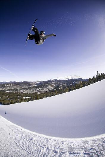 Fredrik Austbø flyr høyt. I Wyllerløypa, der snowboard-øvelsene planlegges arrangert, har det bare vært mulig å produsere snø fire dager i snitt i løpet av februar måned de siste ni årene. (Foto: Olav Stubberud, Snowboardforbundet)