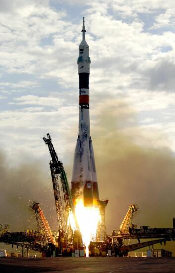 Et Sojuz-romskip skytes opp fra Baikhonur-basen i Kazakhstan 26. april 2003 med NASA-astronauten Edward T. Lu og den russiske kosmonauten Jurij Malentsjenko. (Foto: NASA)