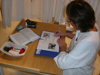 En sykepleier på intensivavdeling er i ferd med å skrive dagbok for sin pasient. Den får pasienten når han eller hun skrives ut fra avdelinge. (Foto: Sissel Lisa Storli)