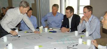 """""""Tegn strategien! Deltakere i NODEs scenarieprosjekt under arbeidssamlingen 27. april. En oppgave er å tegne klyngens strategi, og Øyvind Boye, NYMO, tar hånd om utførelsen på innspill fra deltakerne på laget. Kjell O. Johannessen, midt på bildet, er prosjektleder i NODE. """""""