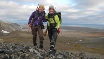 Å registrere rein er en krevende oppgave. Forskerne måtte gå 3-4 mil om dagen i perioder. Rifler må med, i tilfelle isbjørnangrep, som ikke kan stoppes på annet vis. Marinbiolog Morgan Bender (t.v.) og Mathilde Le Moullec.