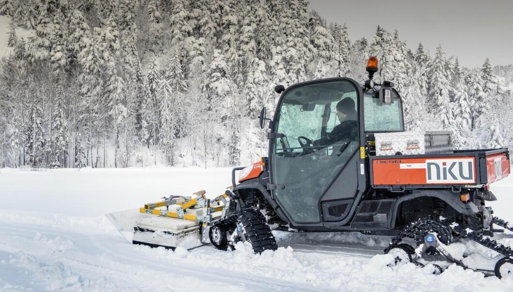 Dette er ikke snømåking, men en arkeolog som kjører over et jorde med en georadar i front på kjøretøyet som sender signaler ned i bakken.