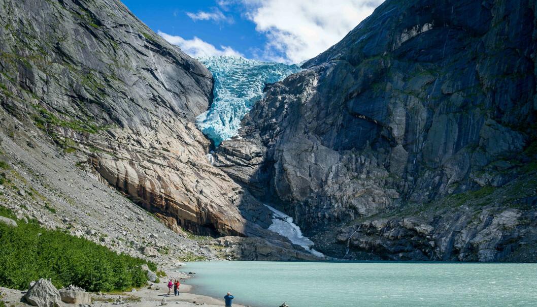 Turistar ved Briksdalsbreen, ein av dei meir kjende brearmane av Jostedalsbreen.