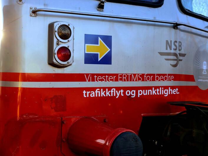 Her er en miniatyr av ERTMS-skiltet satt på fronten av et tog på Østre linje for å vise at det deltar i de tekniske forsøkene. (Foto: Jernbaneverket)