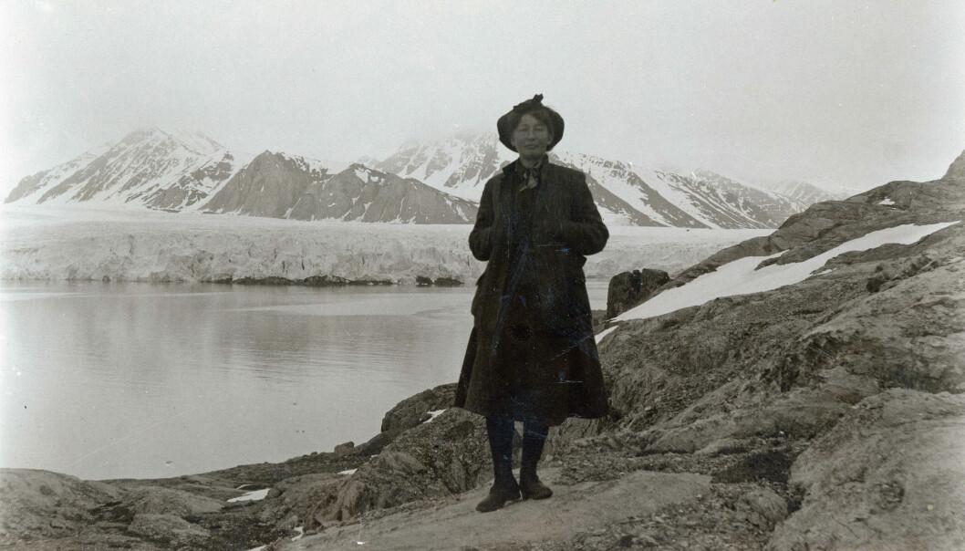 Forsker og naturverner Hanna Resvoll-Holmsen bidro til at den overbeskattede svalbardreinen ble fredet i 1925.