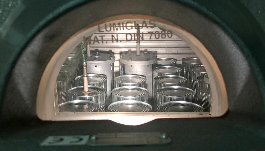 Prototypene av den nye boksen med hull i midten ble testet i trykkoker sammen med vanlige hermetikkbokser.