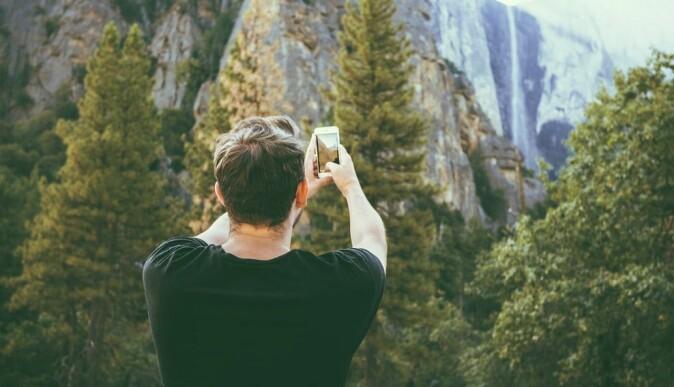 Mange beskriver dilemmaer når de er ute i naturen. De vil være tilstede, men samtidig ta bilde av utsikten, forteller medieforsker Trine Syvertsen.