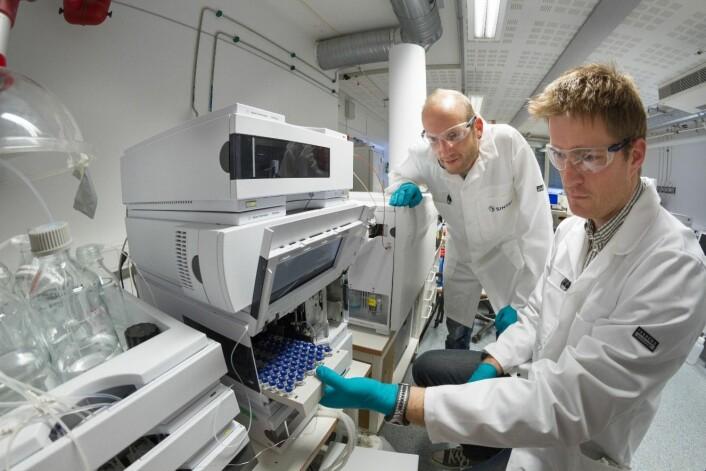 Bjørn Henrik Hansen (t.v) og Trond Størseth bruker det lille krepsedyret Callanus som miljøsensor. Her i laboratoriet ved SINTEF SeaLab. (Foto: Thor Nielsen)