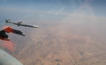 Norsk F-16 krysser den libyske kystlinjen vest for Misrata, på vei mot sørvest. Den norske militære innsatsen i Libya ble mange ganger større enn noe annet vi har vært med på siden 2. verdenskrig. (Foto: Forsvarets mediesenter/Morten Hanche/Luftforsvaret)
