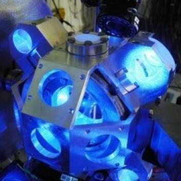 Laserklokken  måler tiden tre ganger så nøyaktig som dagens atomur. (Foto: JÉRÔME LODEWYCK/Paris Observatory)