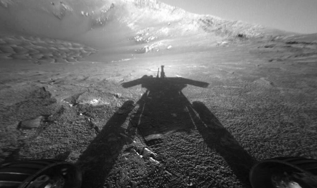Selvportrett av Opportunity, som NASA kalte «meg og skyggen min». Her er kjøretøyet på vei lenger inn i Endurance-krateret tidligere i oppdraget.