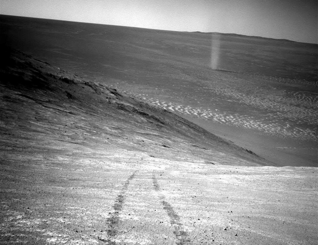 En enslig sandvirvelvind spinner forbi utsikten til Opportunity i 2016. Da hadde roveren reist i 12 år på Mars-overflaten.