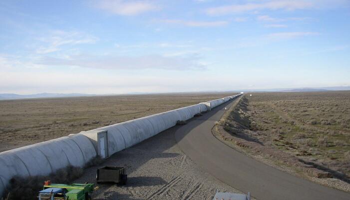 En del av LIGO-anlegget i staten Washington i USA. Observatoriet består av to slike detektorer mange tusen kilometer unna hverandre i USA. Gravitasjonsbølger vil strekke og komprimere selve romtiden, også dette lange røret som inneholder sensitive lasermålere.