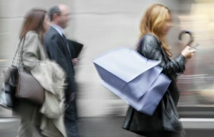 Har du RFID-brikker på klærne dine og på varene i handleposen, kan andre finne ut en hel del om deg. (Foto: Shutterstock)