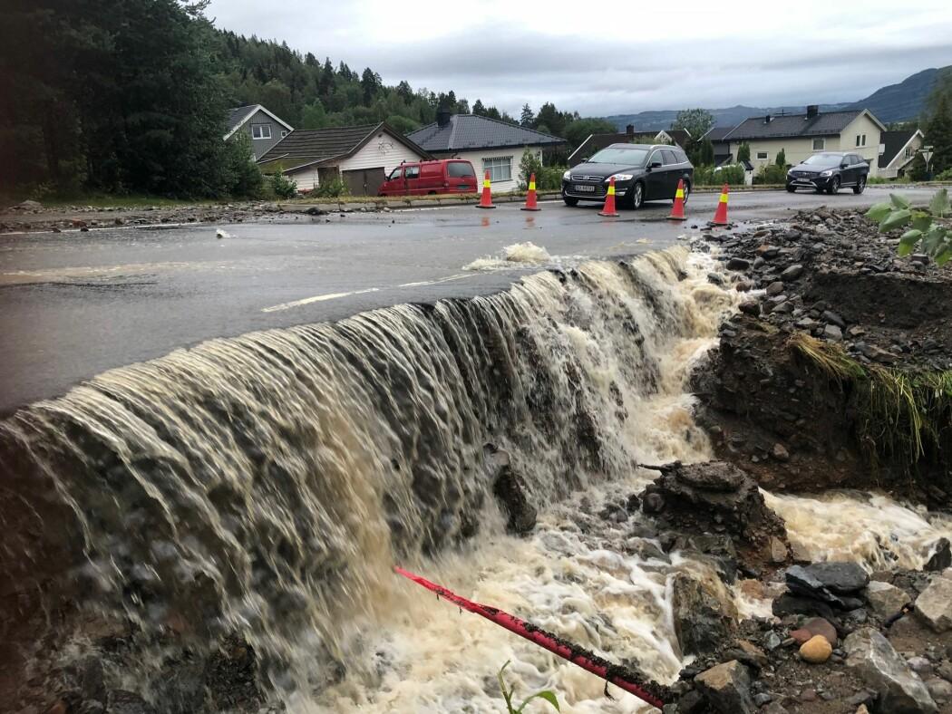 Store nedbørsmengder førte til flom og oversvømmelse i Brumunddal høsten 2019. Ifølge klimaforskerne vil vi kunne se flere slike ekstremværhendelser i fremtiden.