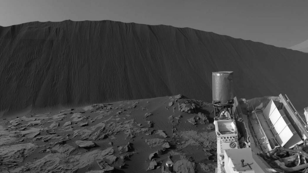 Curiosity nærmer seg en høy sanddyne.