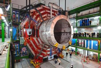 """""""Det er ikke småtteri som skal til for å registrere muoner. Her monteres den delen detektoren som skal registrere disse partiklene. (Foto: CERN)"""""""
