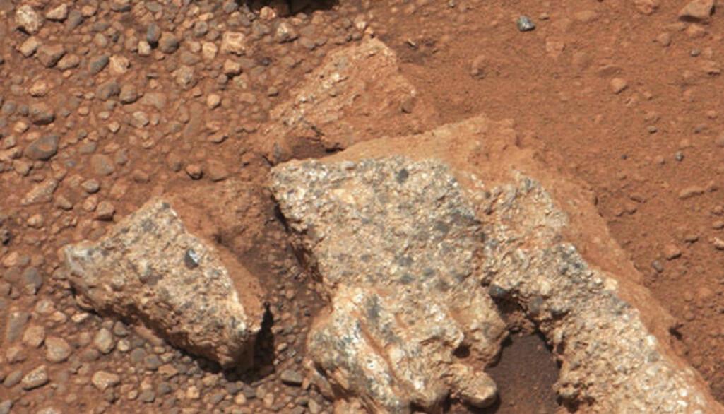 Steinene og den sprukne bakken er en del av et uttørket elveleie, mener forskere.