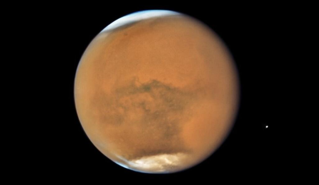 Sandstormen i 2018 farget planeten dus-oransje. Bildet er tatt av Hubble-teleskopet.
