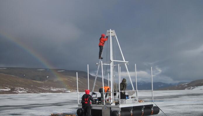 Forskerne henter DNA-prøver som er tusenvis av år gamle fra en innsjø i Uralfjellene.