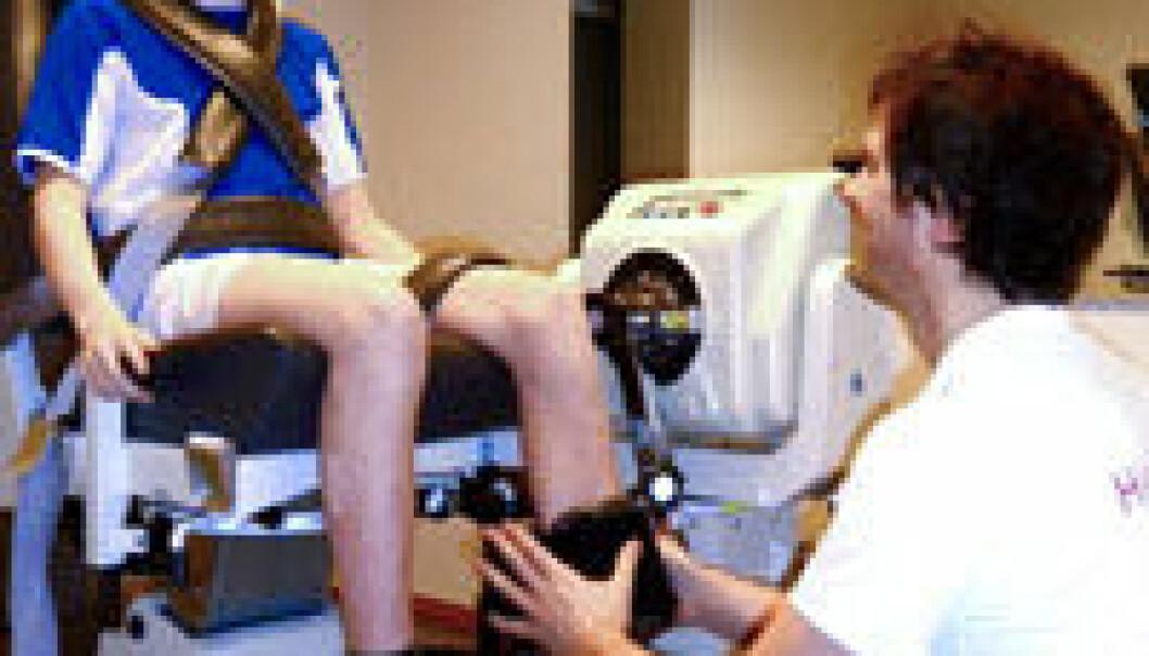 Håvard Moksnes måler beinstyrke på en av guttene som er med i studien. NIH