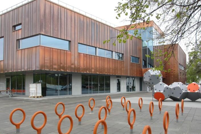 Nye Hokksund ungdomsskole i Øvre Eiker er et eksempel på kompaktbygg med grupperom uten særlig dagslys. (Foto: Trio Entreprenører)