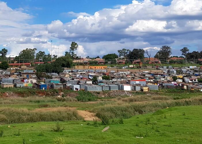 Soweto er full av kontraster. Noen områder er uformelle bosettinger snekret sammen av metallplater og treverk uten vann og strøm (slik som på bildet), mens andre deler av Soweto omtales som «Beverly Hills of Soweto». En av de dyreste eiendommene i Soweto er en villa til over 6millioner kroner.